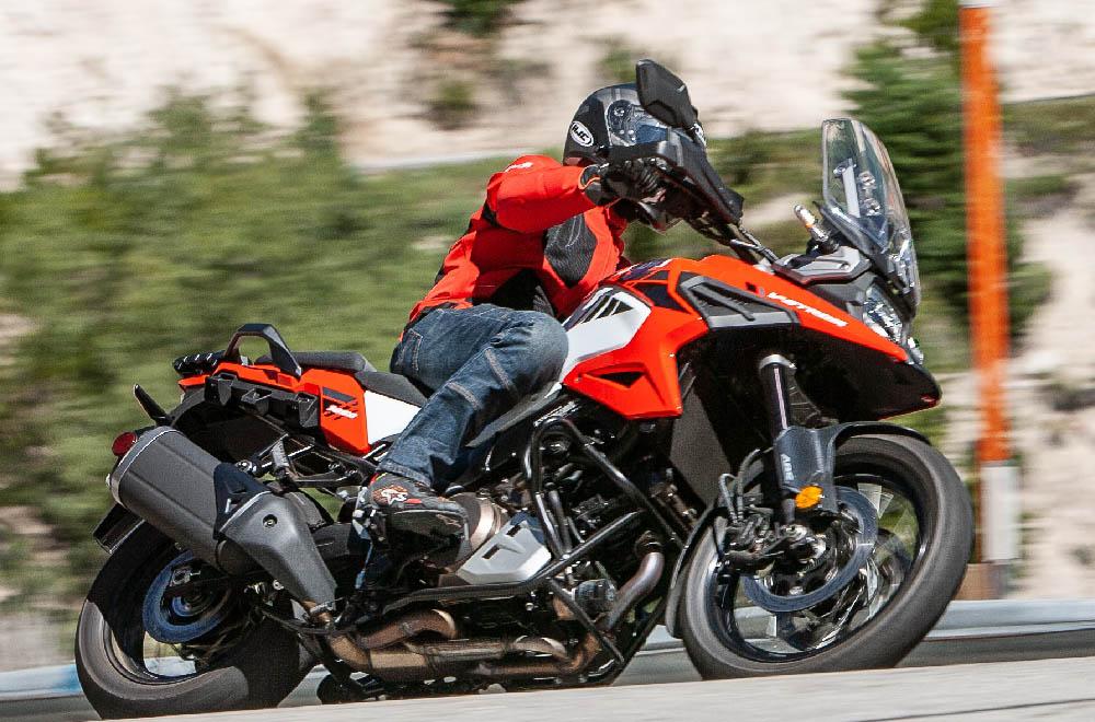 Мотоциклетные ботинки ALPINESTARS FASTER-3 DRYSTAR вид в повороте купить по низкой цене