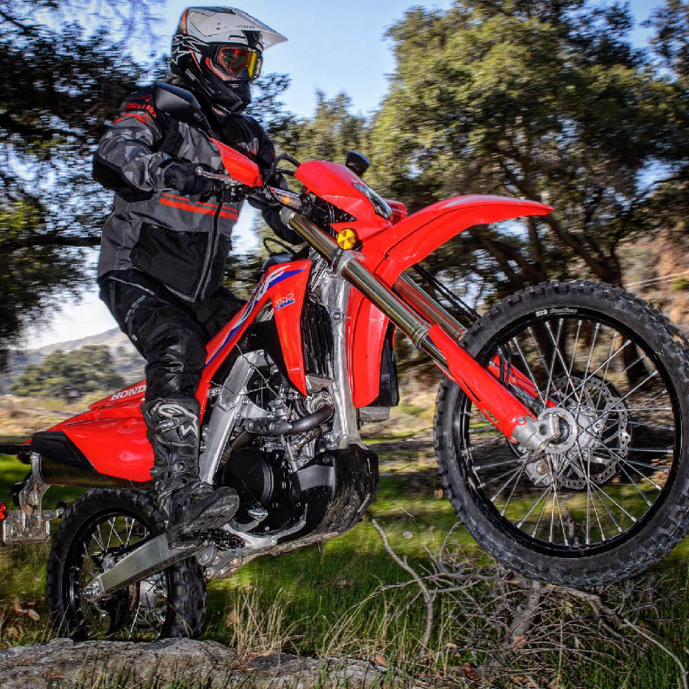 ALPINESTARS TECH 3 ENDURO спортивные сапоги для эндуро, вид на мотоцикле купить по низкой цене