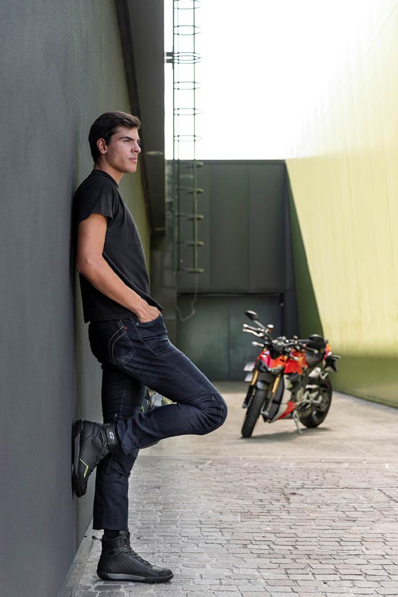 GAERNE G. ROCKET мотоциклетные ботинки, вид на фоне байка купить по низкой цене