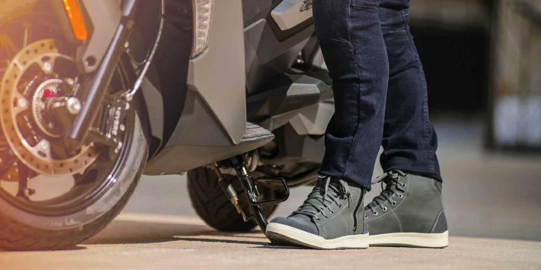 GAERNE G.VOYAGER CDG черного цвета мотоциклетные кроссовки, вид рядом со скутером купить по низкой цене