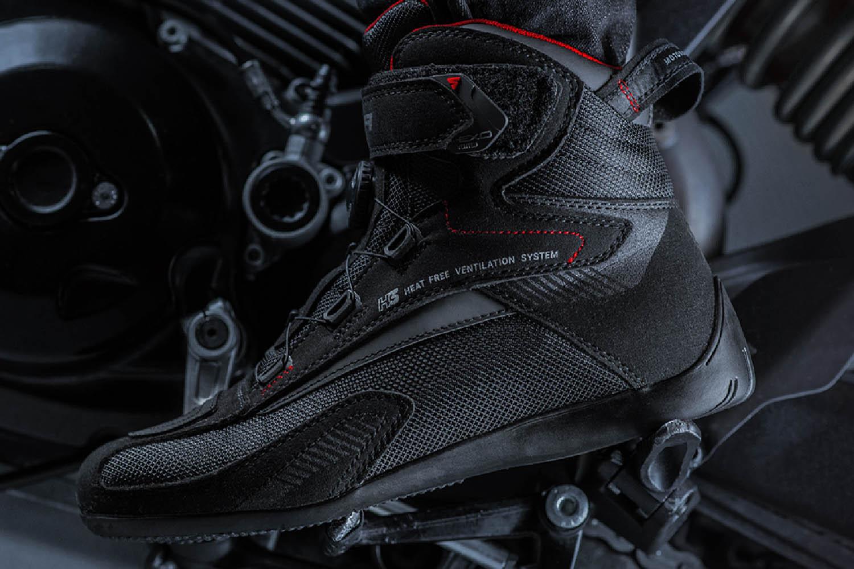 Мотоциклетные ботинки SHIMA EXO VENTED из кожи и текстиля вид на подножке купить по низкой цене