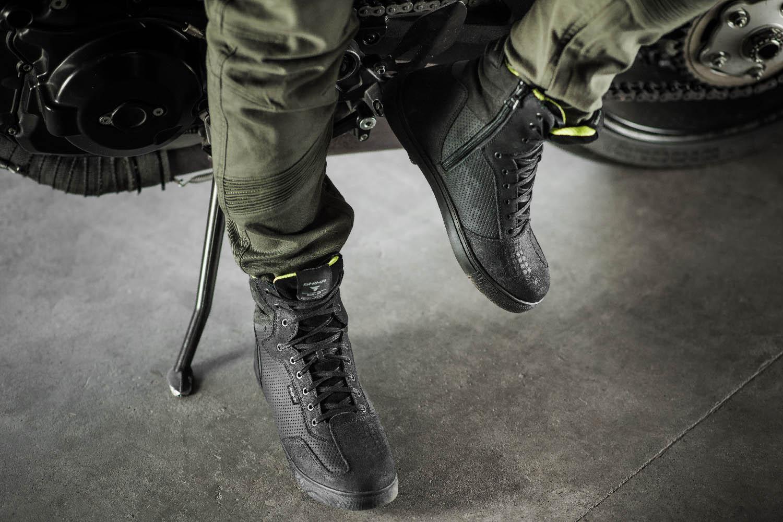 SHIMA REBEL WP черного цвета мотоциклетные кроссовки, вид возле мотоцикла купить по низкой цене