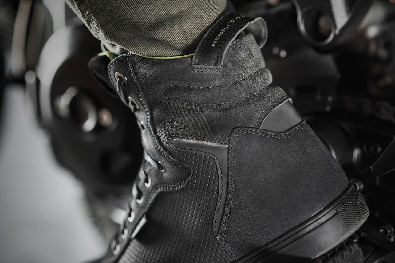 SHIMA REBEL WP черного цвета мотоциклетные кроссовки, вид сзади купить по низкой цене