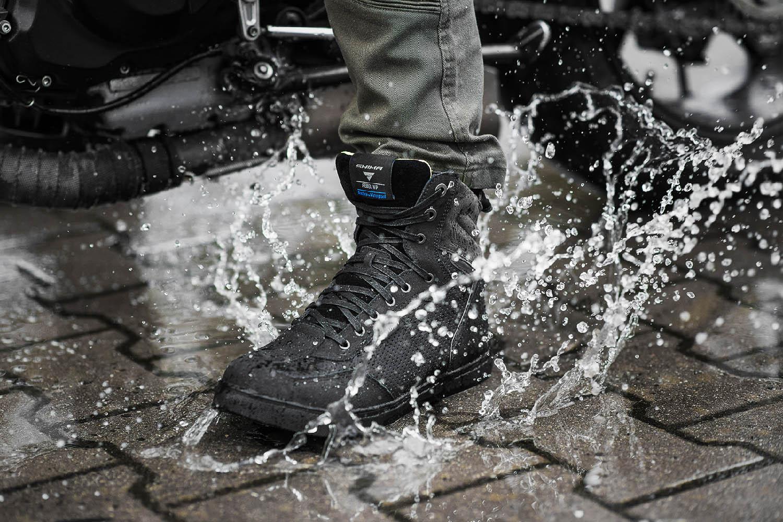 SHIMA REBEL WP черного цвета мотоциклетные кроссовки, вид брызги купить по низкой цене