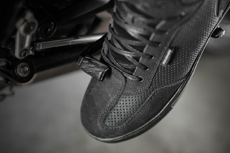 SHIMA REBEL WP черного цвета мотоциклетные кроссовки, вид накладки купить по низкой цене