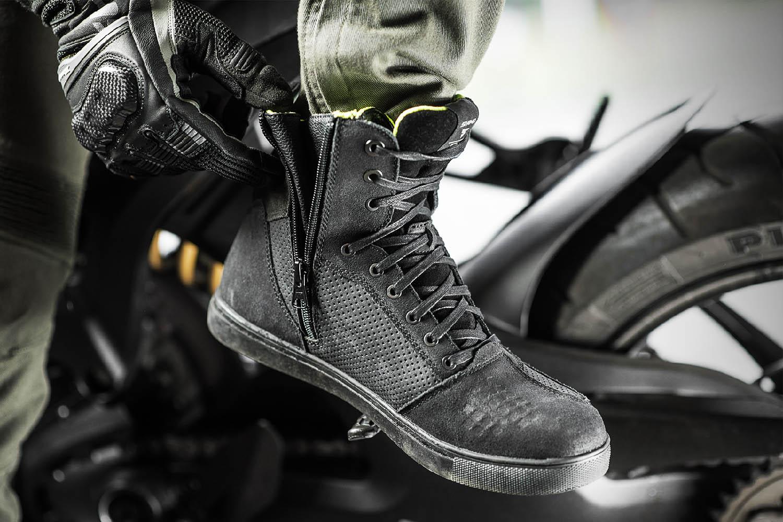 SHIMA REBEL WP черного цвета мотоциклетные кроссовки, вид расстёгнутые купить по низкой цене