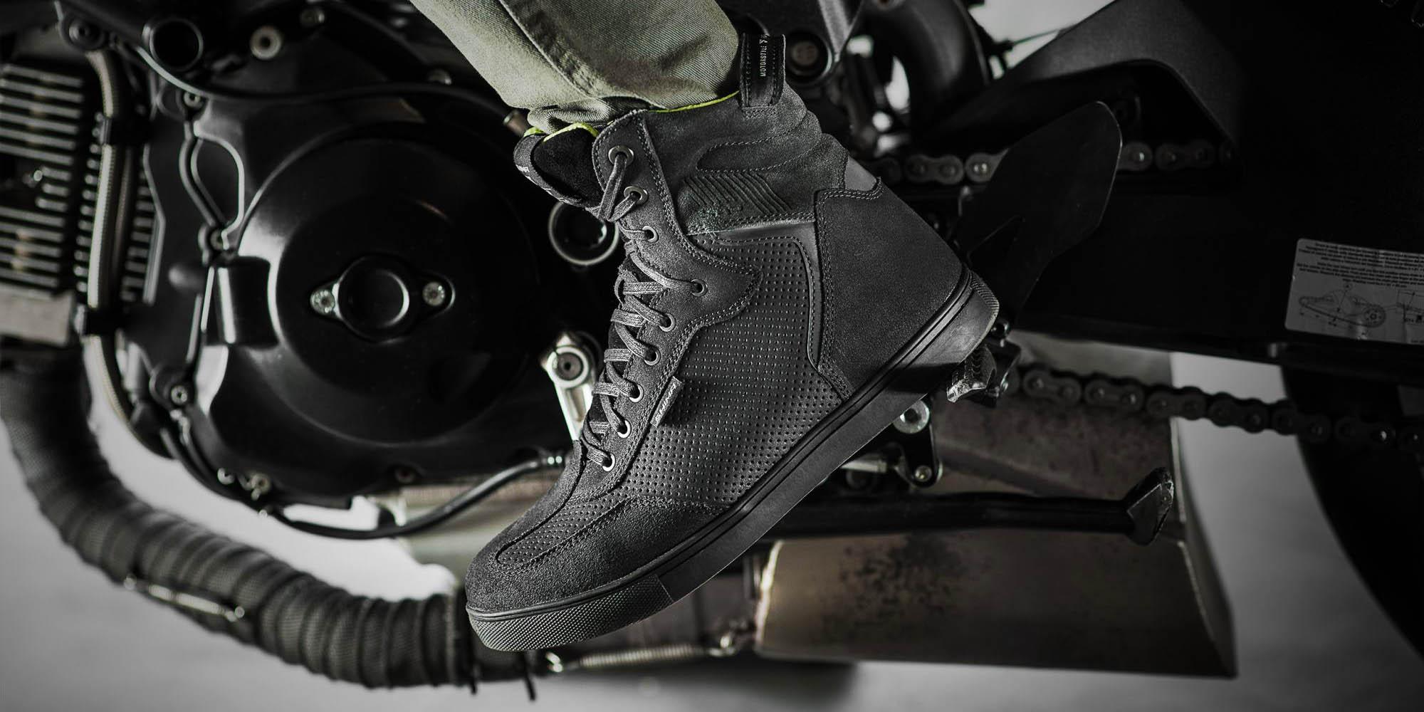 SHIMA REBEL WP черного цвета мотоциклетные кроссовки, вид на подножке купить по низкой цене