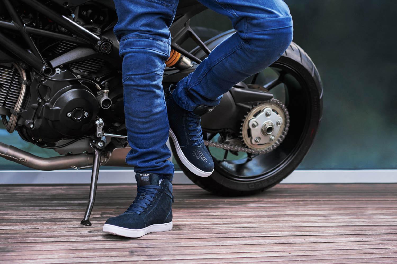 SHIMA SX-2 EVO мотоциклетные кроссовки, вид возле байка купить по низкой цене