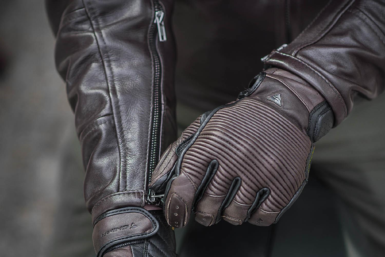 SHIMA BLAKE мотоциклетные перчатки из кожи, вид с курткой купить по низкой цене
