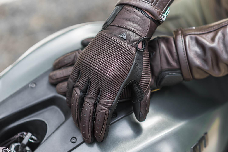 SHIMA BLAKE мотоциклетные перчатки из кожи, вид на бензобаке купить по низкой цене