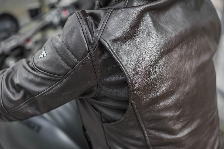 Куртка кожаная SHIMA BLAKE вид плечо сзади для мотоциклистов купить по низкой цене