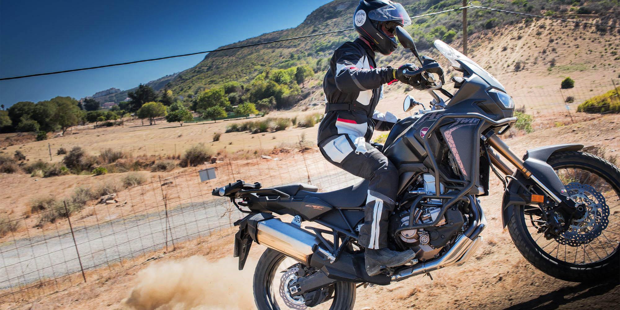 Туристическая куртка SHIMA HERO из текстиля для мотоциклистов вид на дороге купить по низкой цене
