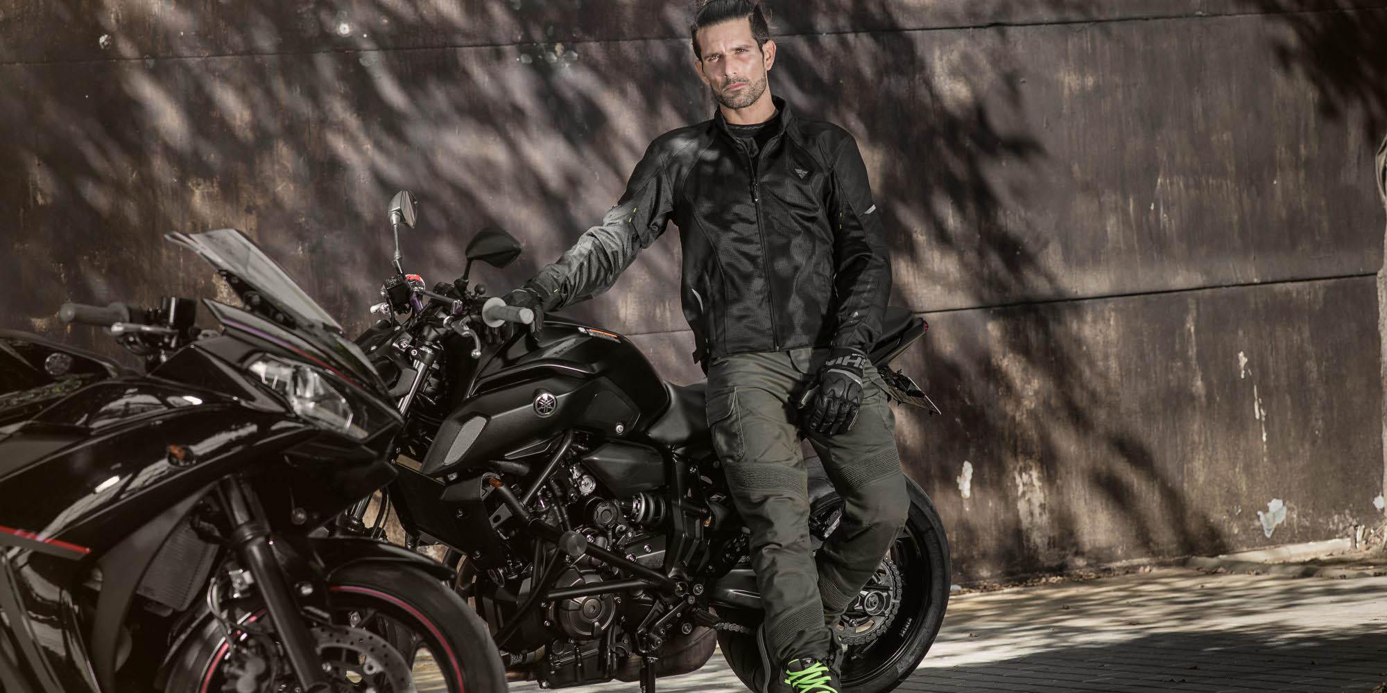 Летняя куртка SHIMA JET текстильная для мотоциклистов вид у стены купить по низкой цене