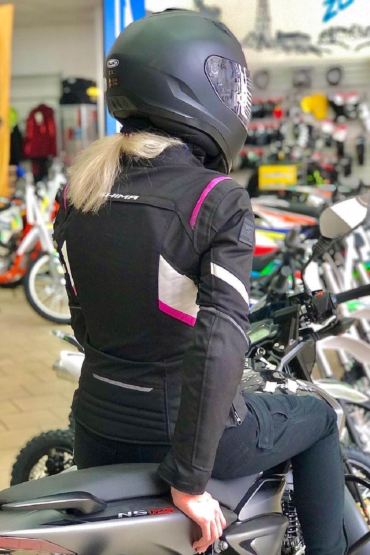 Женская куртка SHIMA RUSH LADY текстильная для мотоциклистов вид сидя купить по низкой цене