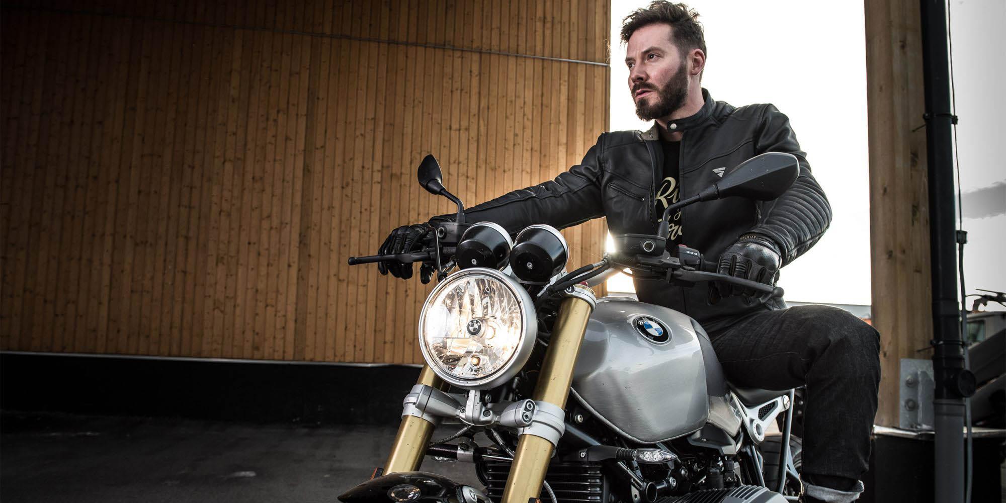 Куртка кожаная SHIMA WINCHESTER классическая для мотоциклистов вид в седле купить по низкой цене