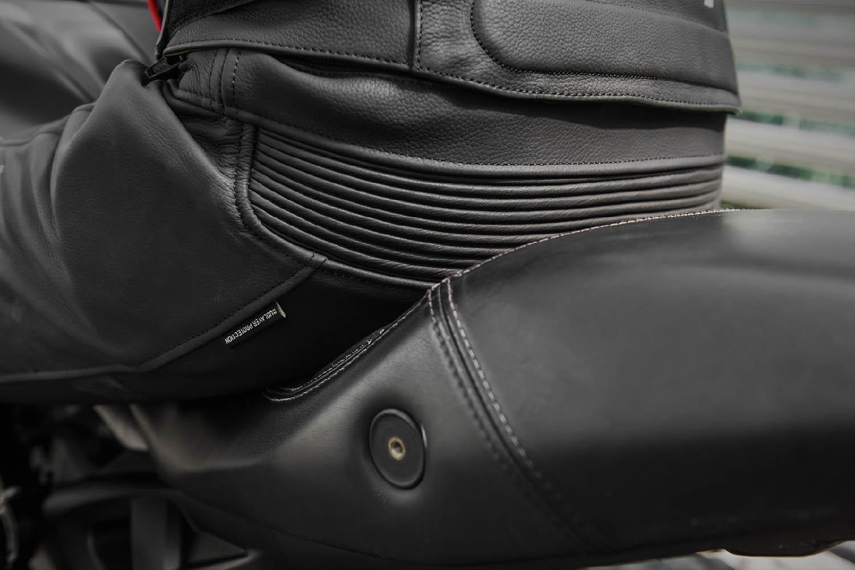 Мотоциклетные штаны SHIMA CHASE TROUSERS из кожи вид на сидение купить по низкой цене