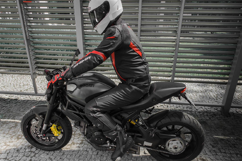 Мотоциклетные штаны SHIMA CHASE TROUSERS из кожи вид сидя на байке купить по низкой цене