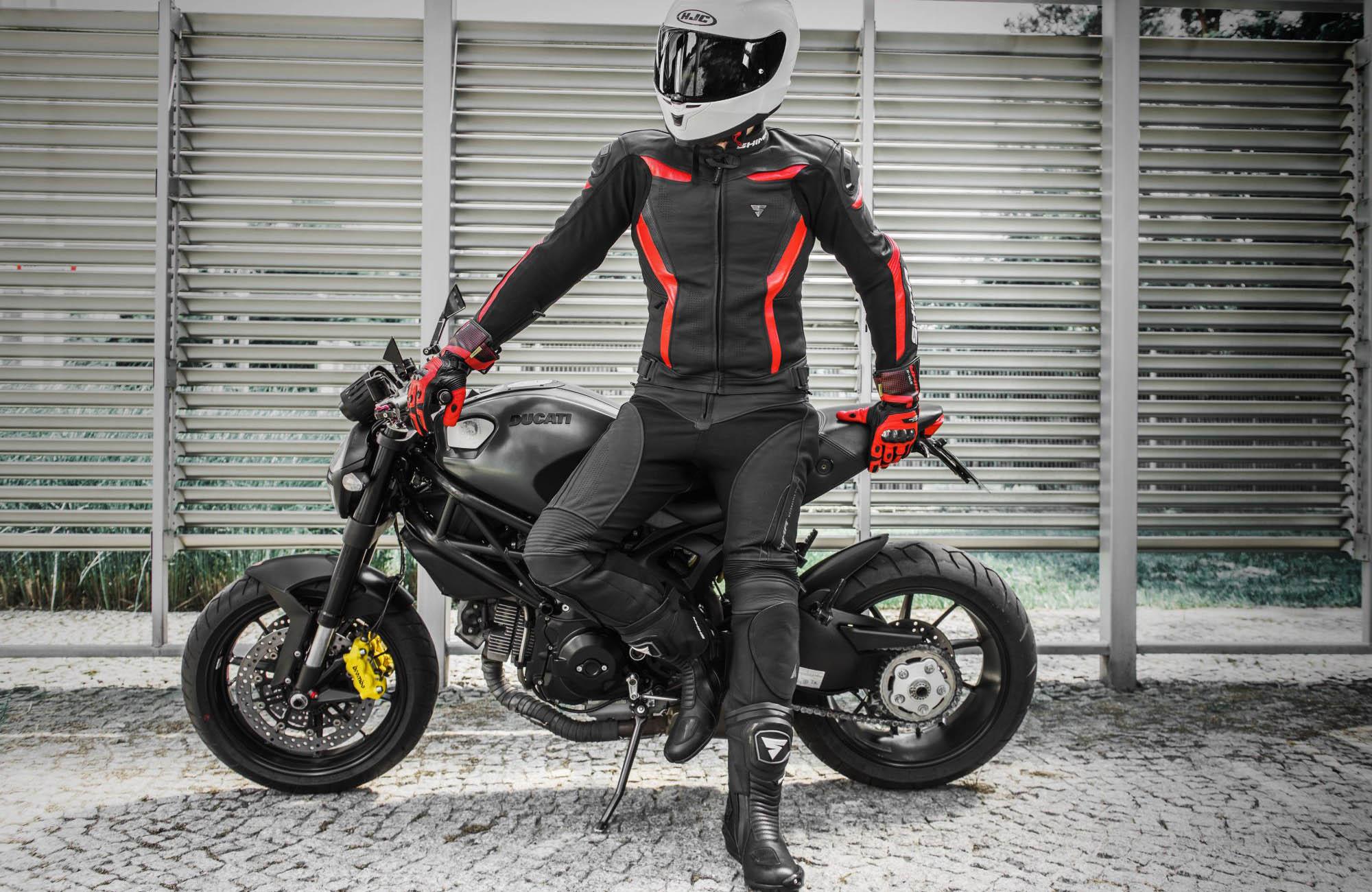 Мотоциклетные штаны SHIMA CHASE TROUSERS из кожи вид стоя у байка купить по низкой цене