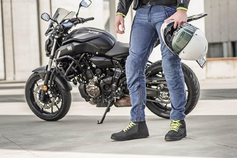 Джинсы мотоциклетные SHIMA GHOST REINFORCED вид спереди со шлемом купить по низкой цене