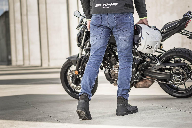 Джинсы мотоциклетные SHIMA GHOST REINFORCED вид сзади со шлемом купить по низкой цене