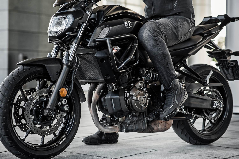 Джинсы мотоциклетные SHIMA GRAVEL 3.0 вид на подножке купить по низкой цене