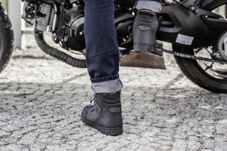 Джинсы мотоциклетные SHIMA TARMAC 3.0 вид на подножке купить по низкой цене