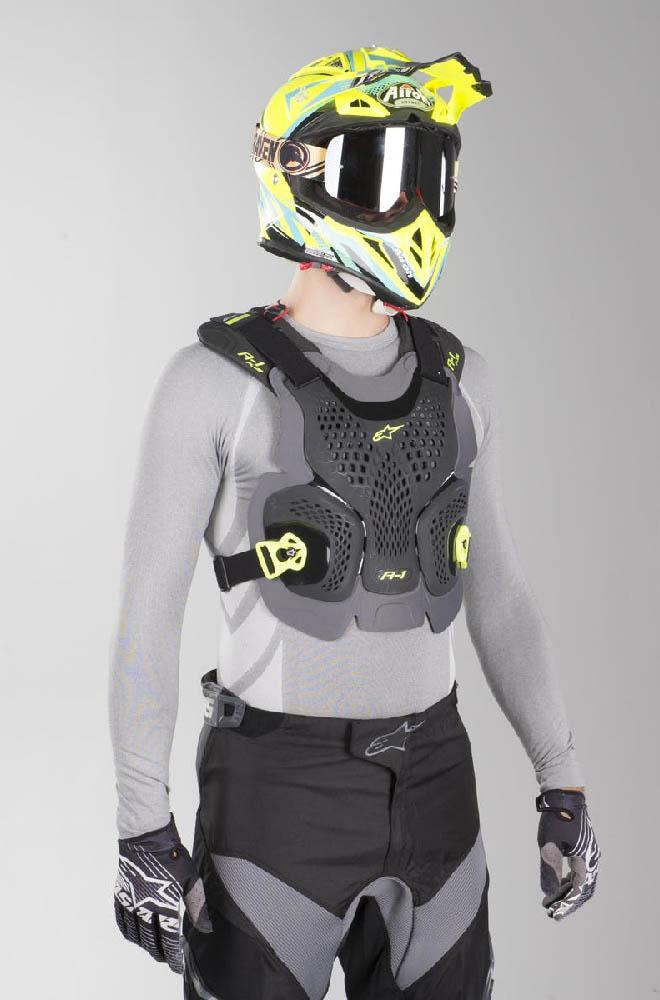 Защита спины и груди ALPINESTARS A-1 PLUS CHEST PROTECTOR стоя сзади купить по низкой цене