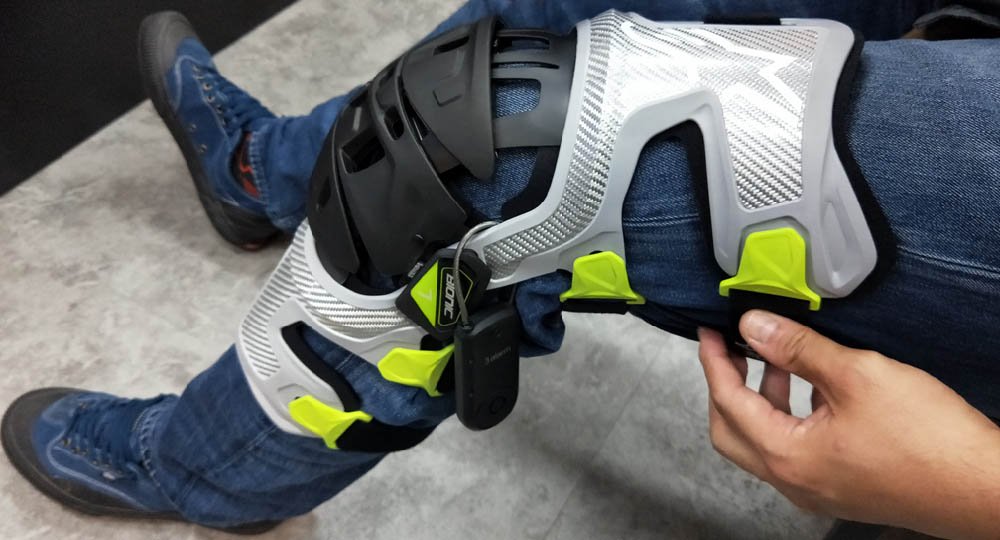 Защита для колен ALPINESTARS BIONIC-7 KNEE PROTECTORS вид на джинсах купить по низкой цене