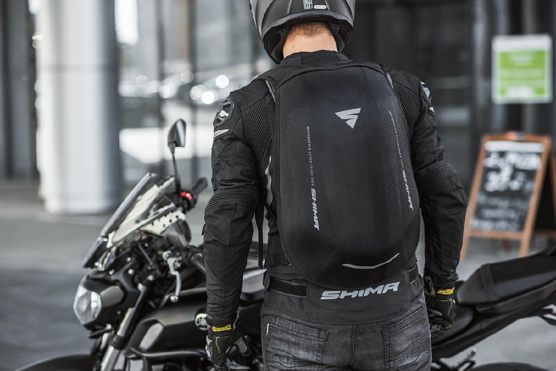 Рюкзак мотоциклетный AYRO BACKPACK вид сзади перед байком купить по низкой цене