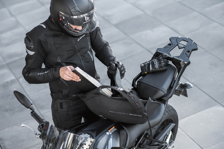 Рюкзак мотоциклетный Ayro Backpack вид открытый на байке купить по низкой цене