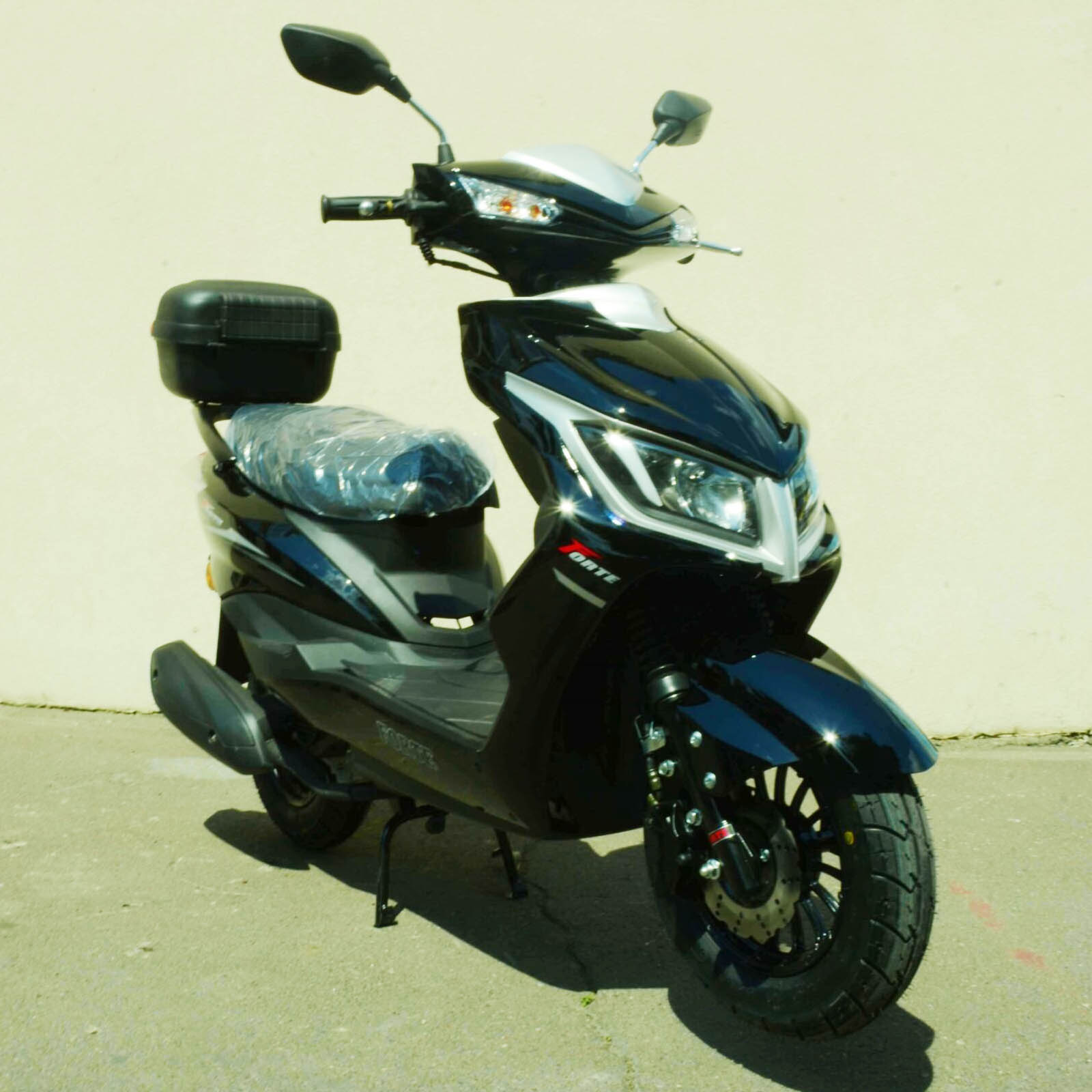 Скутер Forte M8 цвет чёрный вид справа спереди купить по низкой цене
