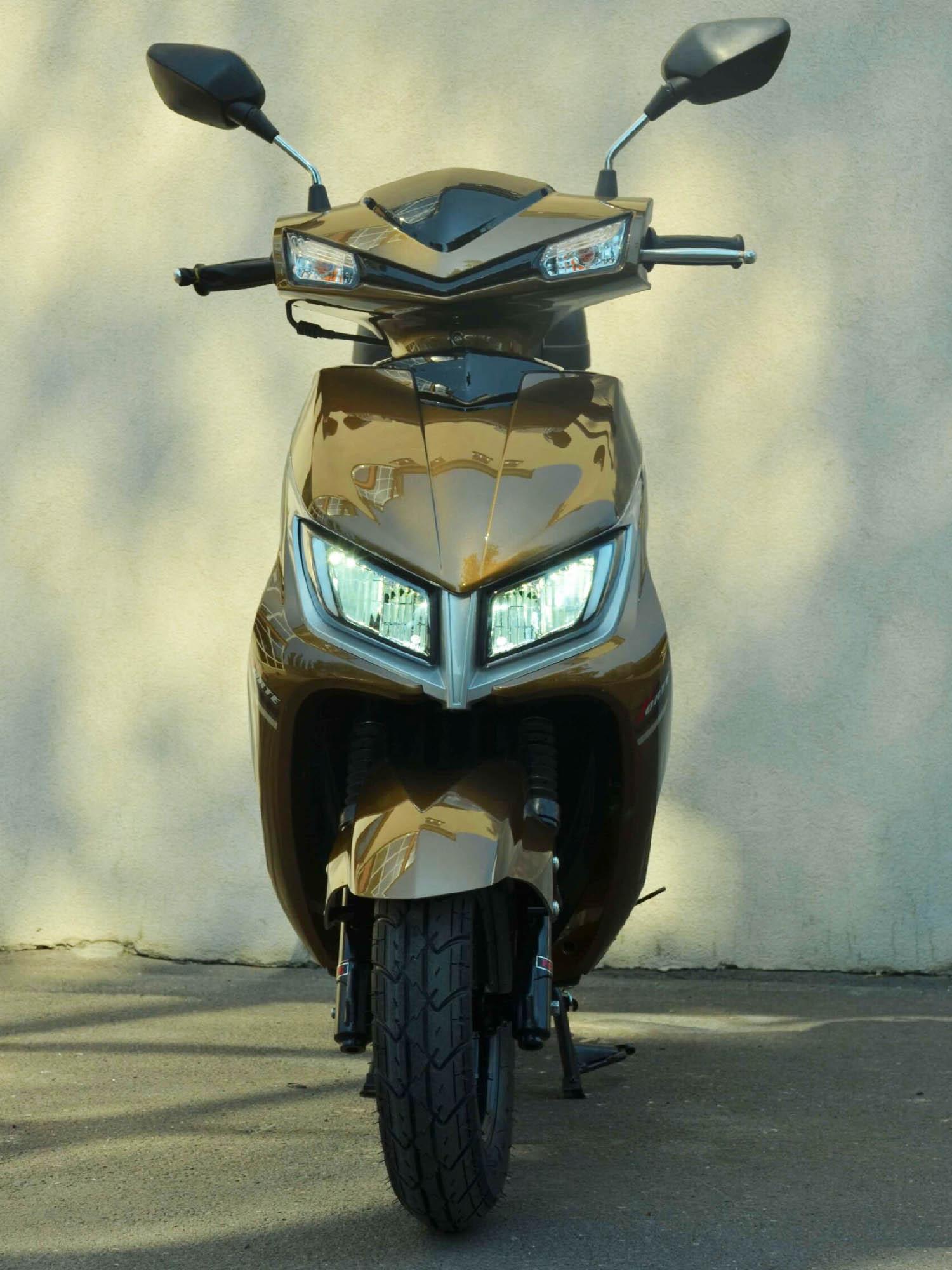 Скутер Forte M8 цвет золотистый металлик вид спереди купить по низкой цене