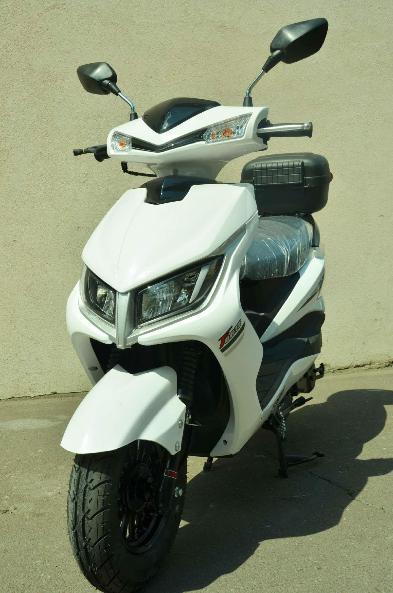 Скутер Forte M8 цвет белый вид спереди купить по низкой цене