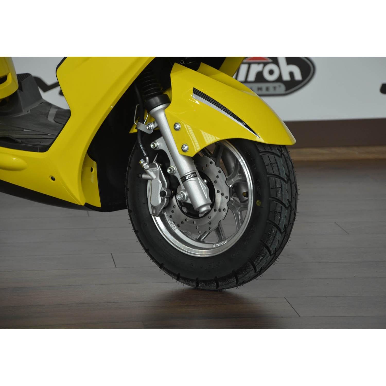 Скутер WOLF MOTOR CHASER жёлтого цвета вид передние колесо купить по низкой цене