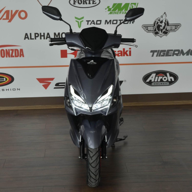 Scuter WOLF MOTOR FLASH серого цвета вид спереди купить по низкой цене